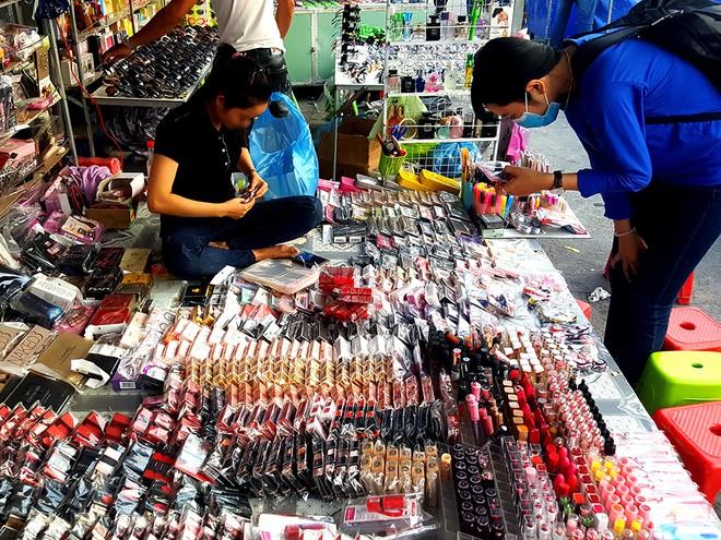 Mỹ phẩm trôi nổi được bày bán tại chợ đêm làng đại học quốc gia Q.Thủ Đức /// Ảnh: Ngọc Dương